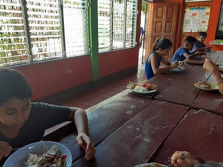 Foto: Kinderen die nergens anders terecht kunnen zijn nog steeds welkom in de centra van de Broeders van Liefde in Nicaragua, ondanks de coronacrisis. Ook daar worden de sociale afstandsregels gerespecteerd...